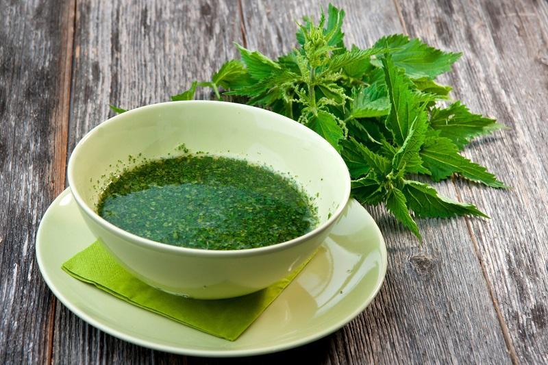 Жгучая трава: сушеная крапива для волос и не только